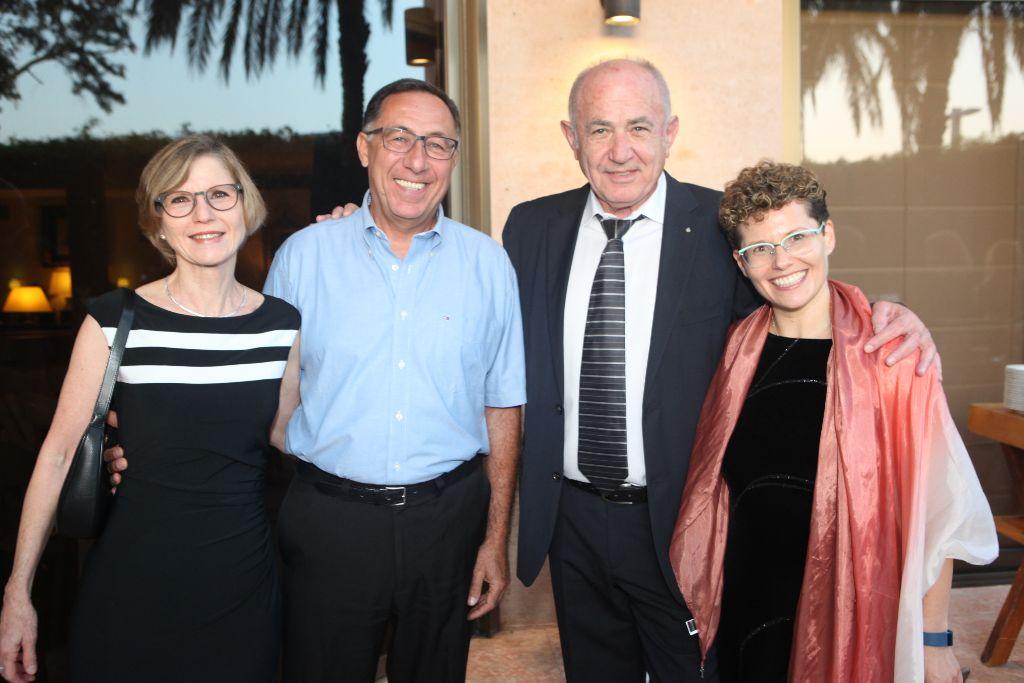 """מימין לשמאל: ד""""ר דליה פרל-אולשוונג, מנכ""""לית אגודת הידידים, צבי אורן, משה ואירית וקסלר"""